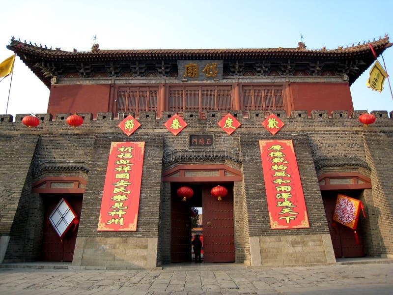 Couplets de festival de printemps sur un bâtiment antique chinois photos libres de droits