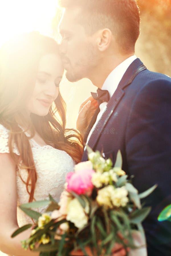 Couplez étreindre au coucher du soleil, couple d'amants embrassant dans le coucher du soleil Weddi images stock