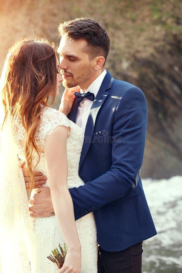Couplez étreindre au coucher du soleil, couple d'amants embrassant dans le coucher du soleil Weddi photo stock