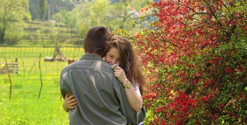 Couplez étreindre et avoir le paysage d'amusement au printemps avec l'arbre de fleur de fleur photo libre de droits