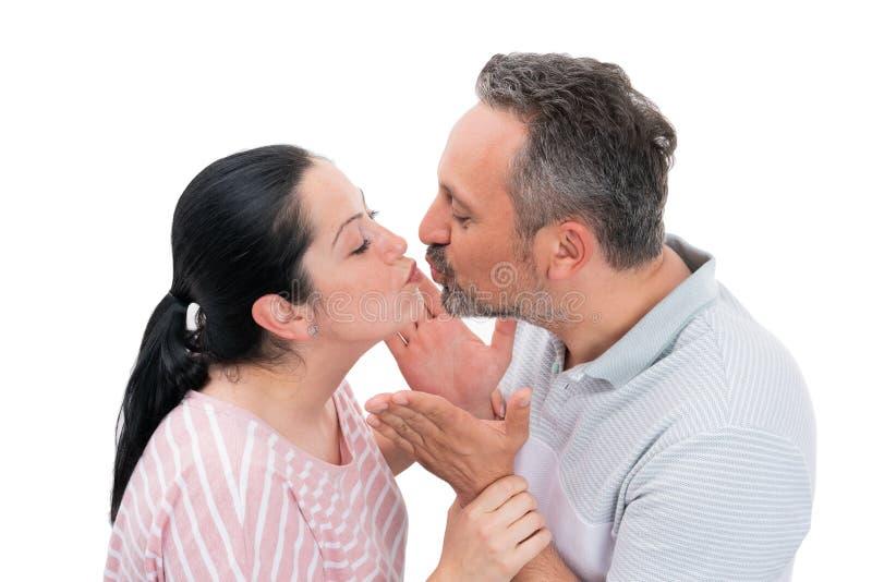 Couplez être prêt pour embrasser photo stock