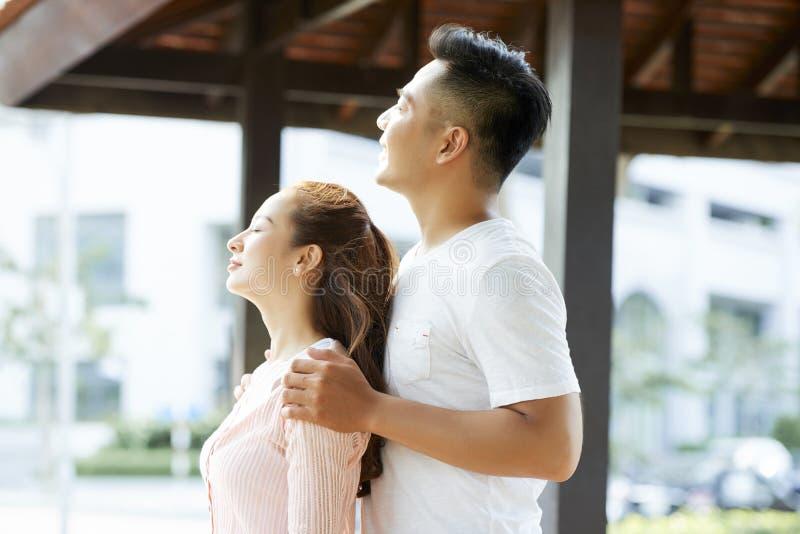 Couplez apprécier l'air frais photographie stock