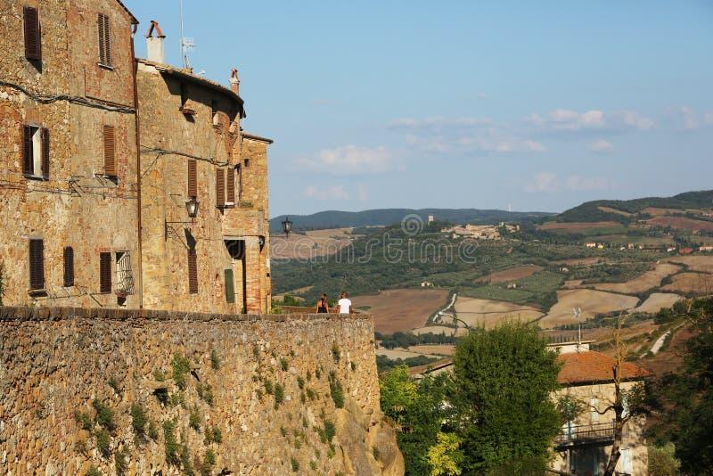 Couplez apprécier le panorama des murs antiques de Pienza image stock