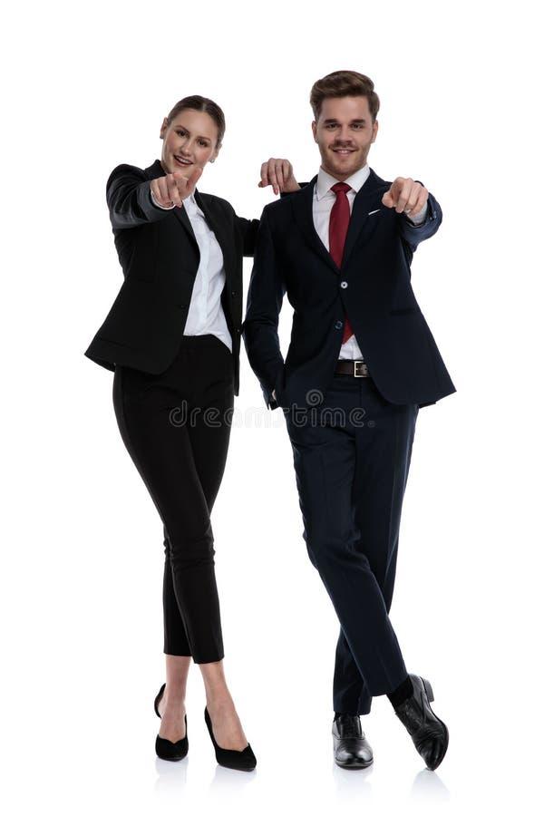 Couplez au pointage de costumes photographie stock libre de droits