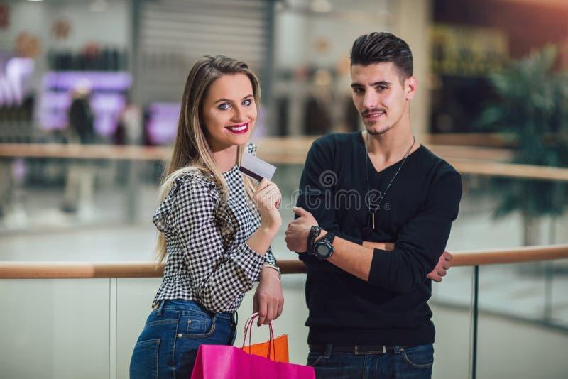 Couplez avoir l'amusement dans le centre commercial tout en faisant des achats photos libres de droits