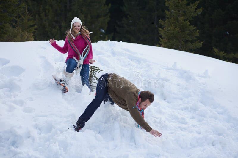 Couplez avoir l'amusement et la marche dans des chaussures de neige photos stock