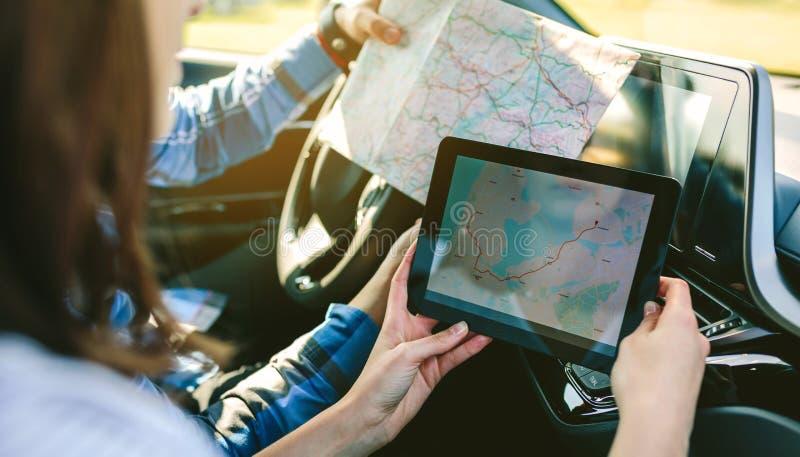 Couplez comparer la carte de papier et un navigateur de généralistes photos stock