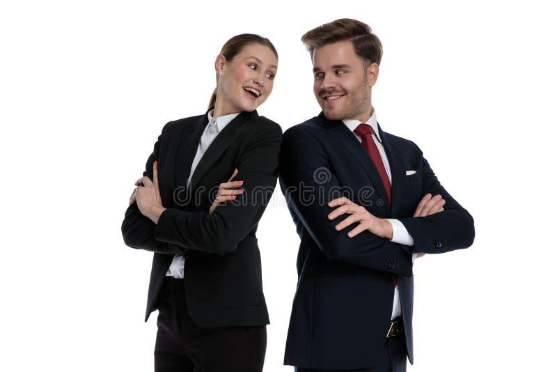 Couplez dans des costumes se tenant de nouveau au dos photo stock