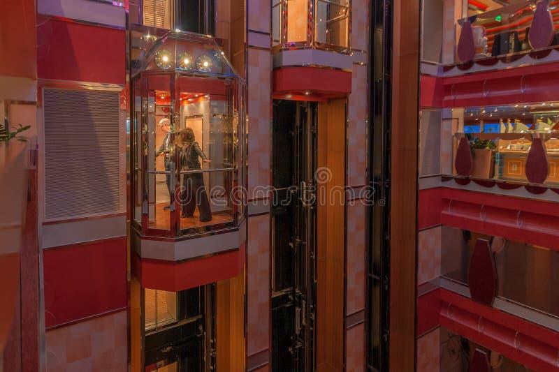 Couplez dans l'ascenseur du grand bateau de croisière Costa Deliziosa photographie stock libre de droits