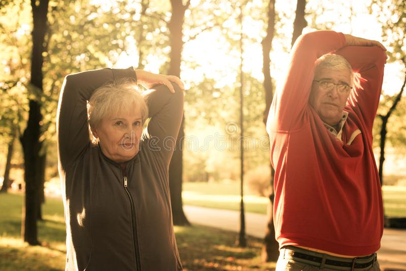 Couplez dans l'exercice de détente et fonctionnant t d'habillement de sports photos libres de droits
