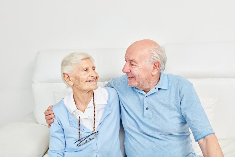 Couplez des aînés s'étreignant heureusement images stock