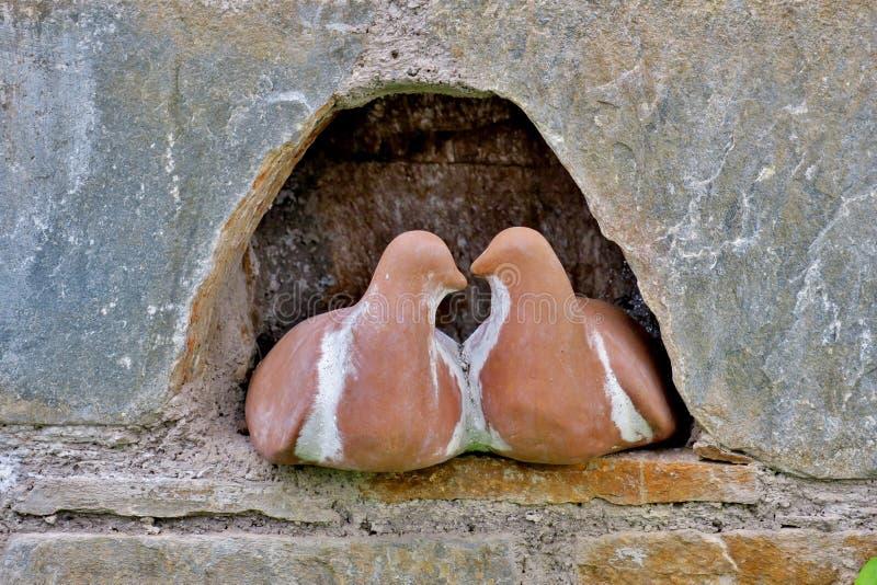 Couplez des colombes d'amants faites en fin en pierre  photos stock