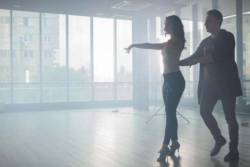 Couplez des danseurs montrant leur beau style de kizomba photos libres de droits