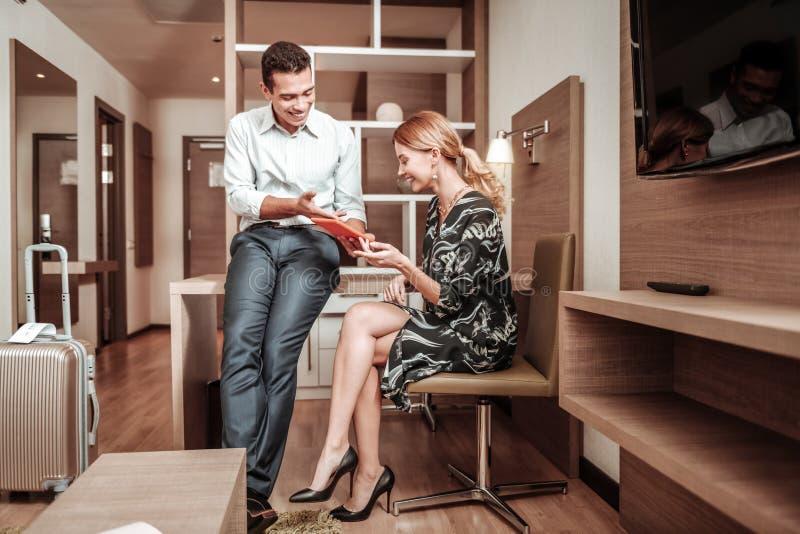 Couplez des hommes d'affaires observant la vidéo intéressante sur le comprimé image libre de droits