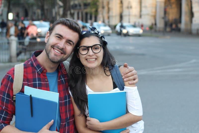 Couplez des immigrés obtenant une éducation appropriée image libre de droits