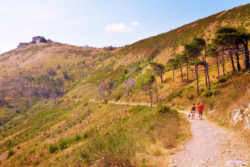 Couplez des randonneurs dans Prato Nevoso dans les Alpes liguriens, Piémont images stock