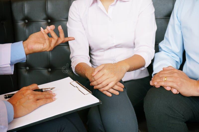 Couplez discuter des problèmes avec le psychiatre et les relations Co images libres de droits