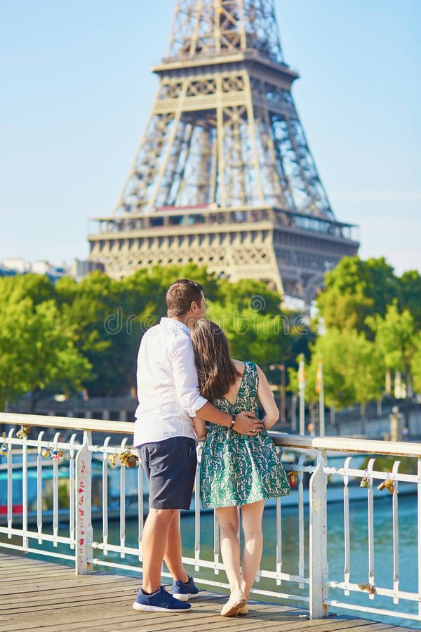 Couplez ensemble à Paris embrassant près de Tour Eiffel photo stock