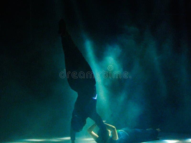Couplez exécuter une belle danse sur l'étape photo stock