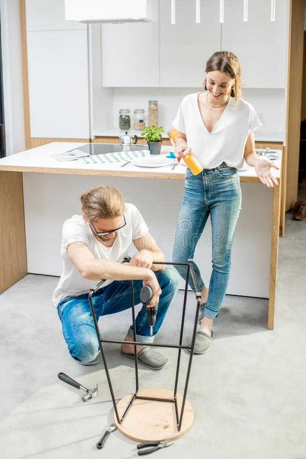 Couplez faire des corvées de maison à l'appartement moderne photos stock