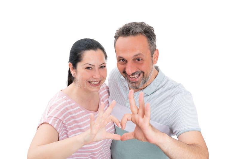 Couplez faire le geste de coeur avec des doigts image stock