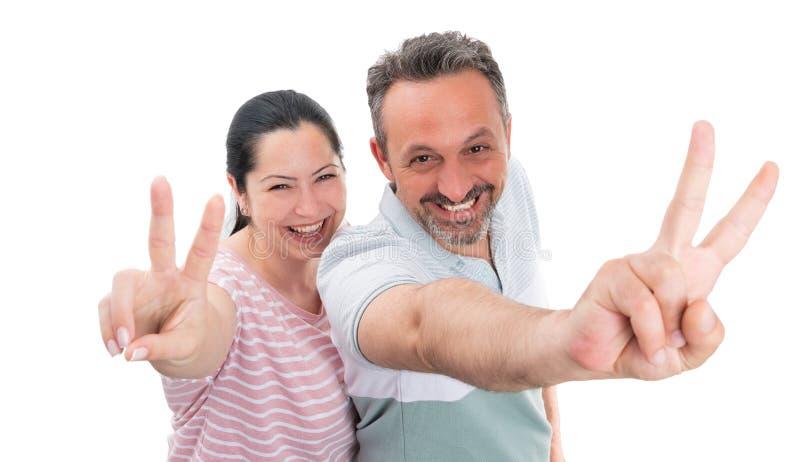 Couplez faire le signe de paix ou de victoire image libre de droits