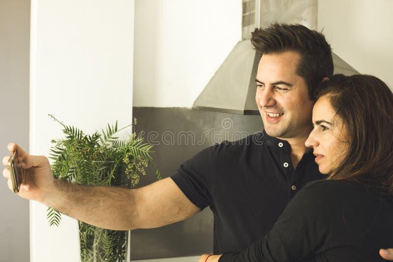 Couplez faire un selfi embrassant et souriant Histoires d'amour entre l'homme et la femme photographie stock