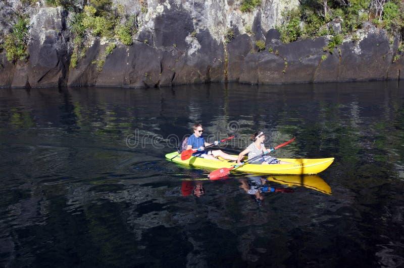 Couplez kayaking un kayak au-dessus de lac Taupo Nouvelle-Zélande photo stock