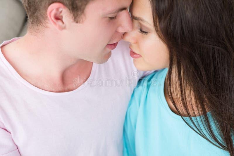 Couplez l'affection d'amour d'offre de femme d'homme de caresse images stock