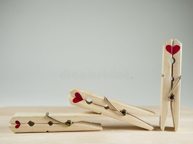 Couplez l'amoureux de la pince à linge en bois et de l'espace vide des textes pour le Saint Valentin photos stock