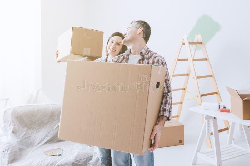 Couplez l'entrée dans une nouvelle maison images stock
