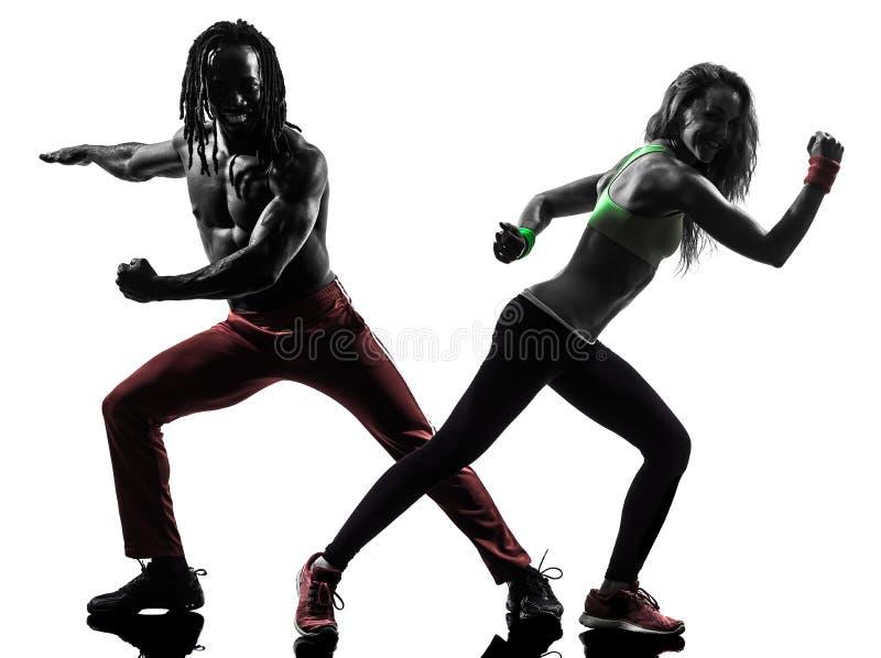 Couplez l'homme et la femme exerçant la silhouette de danse de zumba de forme physique image libre de droits