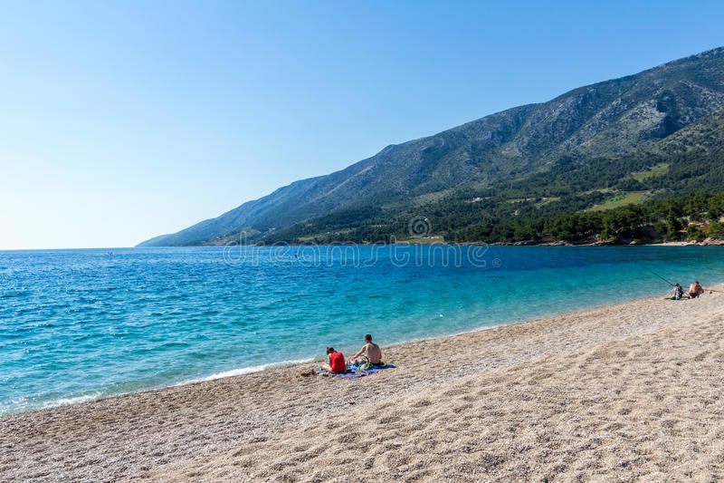 Couplez la détente sur la plage de rat de Zlatni, Croatie photos libres de droits