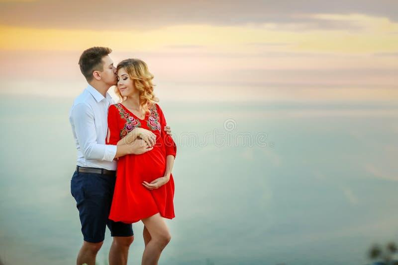Couplez la famille voyageant ensemble sur le bord de falaise dans a?rien ext?rieur de vacances d'?t? de concept de mode de vie d' photos libres de droits