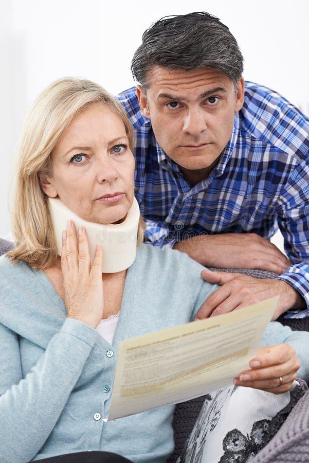 Couplez la lettre de lecture au sujet de la blessure du ` s de femme image stock