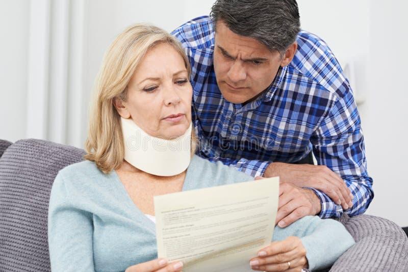 Couplez la lettre de lecture au sujet de la blessure du ` s de femme photographie stock
