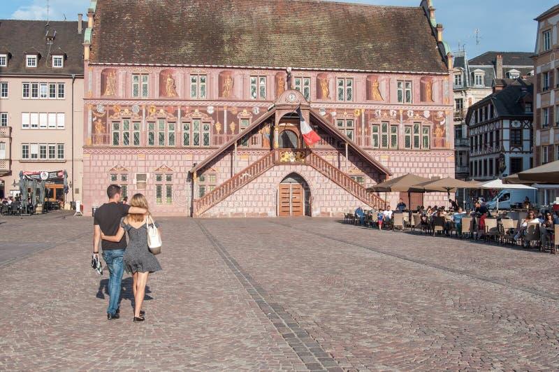 Couplez la marche sur l'architecture traditionnelle d'endroit principal avec des terrasses de restaurant devant l'hôtel de ville  photo libre de droits