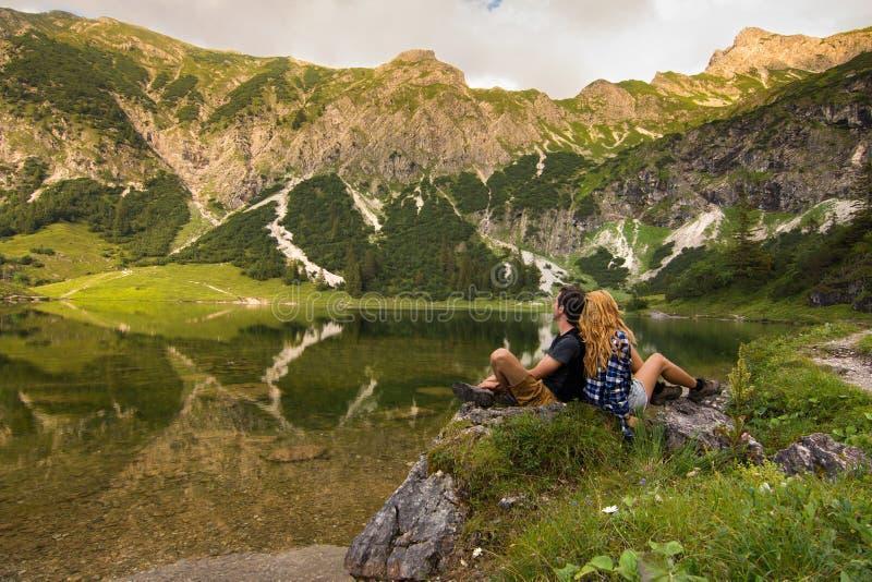 Couplez la position de nouveau au dos dans le beau paysage de nature/jeunes couples dans l'amour se tenant de nouveau au dos photo stock