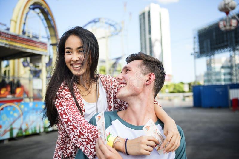 Couplez le bonheur espiègle de fête C de foire d'amusement de parc d'attractions de datation image stock