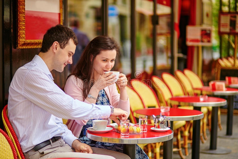 Couplez le café ou le thé potable dans un café parisien photographie stock