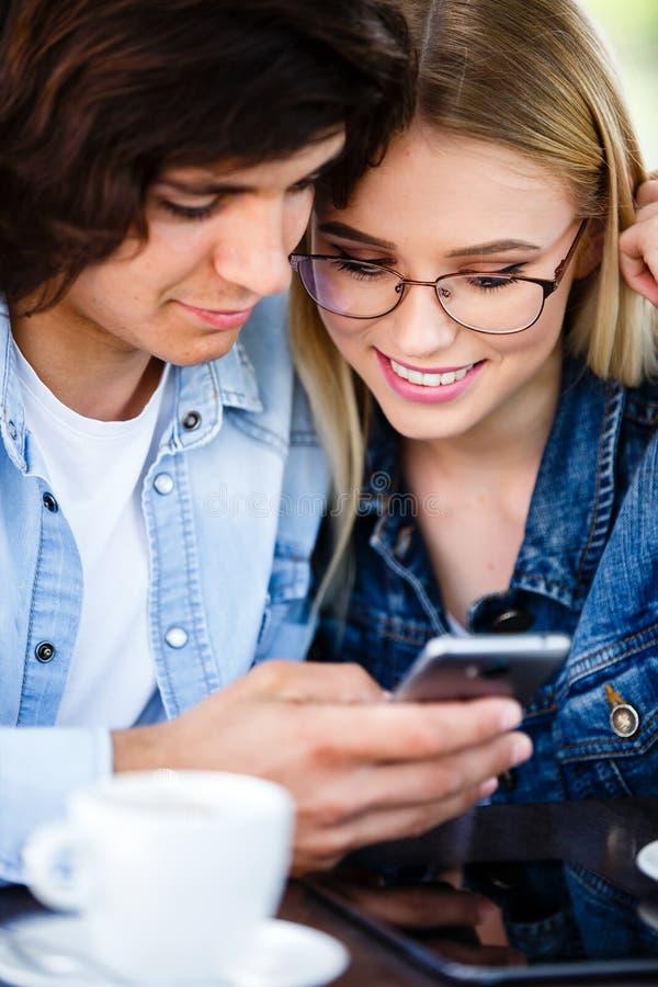 Couplez le jour de valentines de dépense sur les réseaux sociaux, utilisant le téléphone d images libres de droits