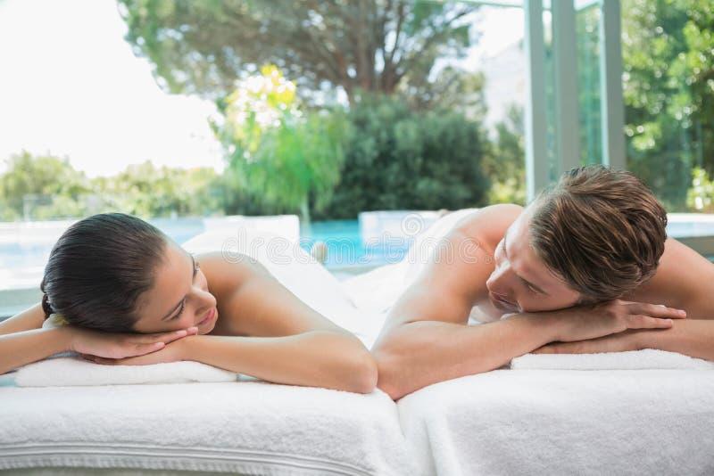 Couplez le mensonge sur la table de massage au centre de station thermale image stock