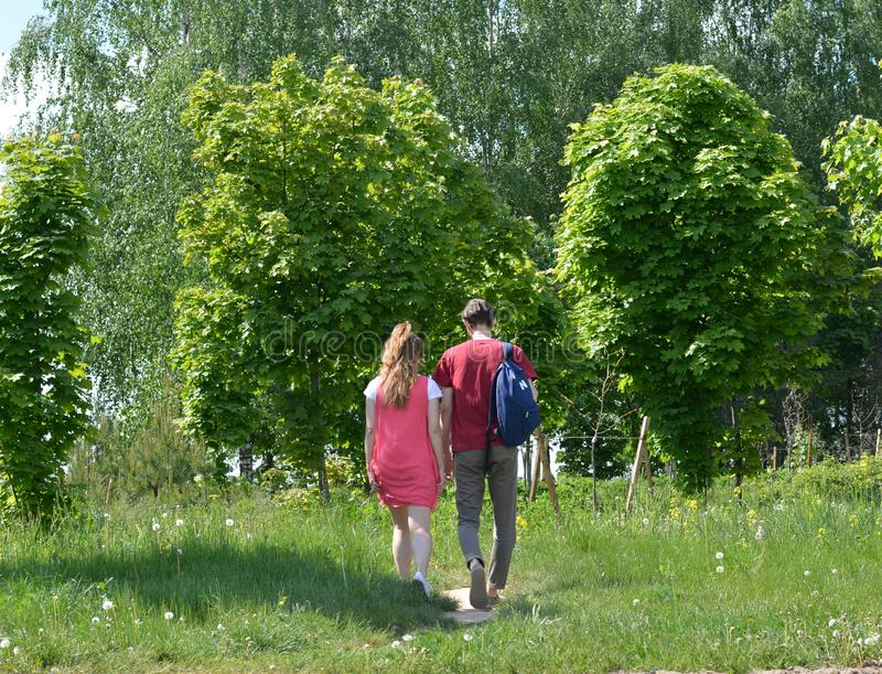 Couplez le paysage d'été de vert de promenade dans la ville Belarus de Minsk images stock