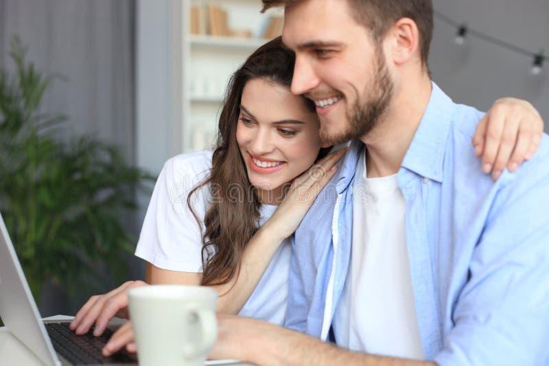 Couplez le pointage tout en travaillant ensemble sur l'ordinateur portable image libre de droits