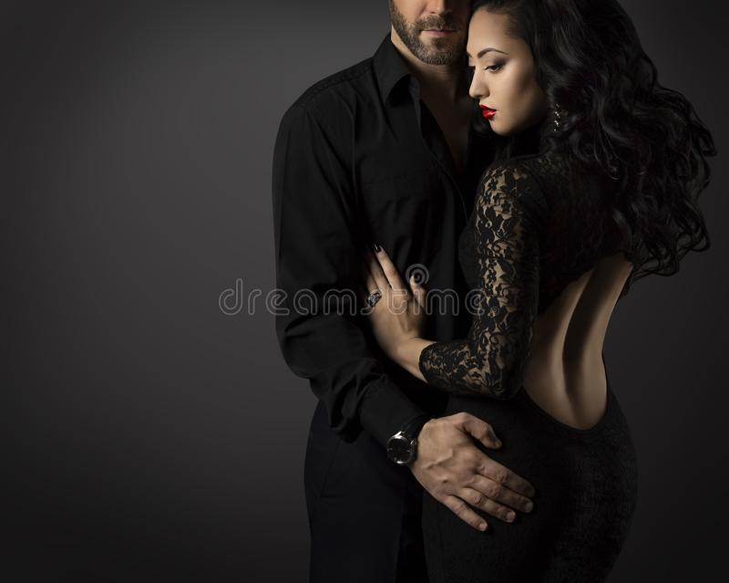 Couplez le portrait, l'homme et la femme de mode dans la robe noire photo stock