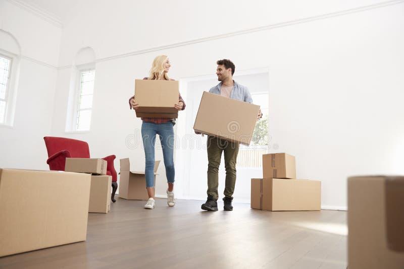 Couplez les boîtes de transport dans la nouvelle maison le jour mobile photos stock