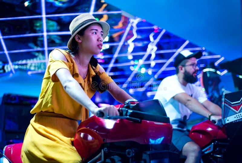 Couplez les motocyclettes de monte au centre d'arcade photo libre de droits