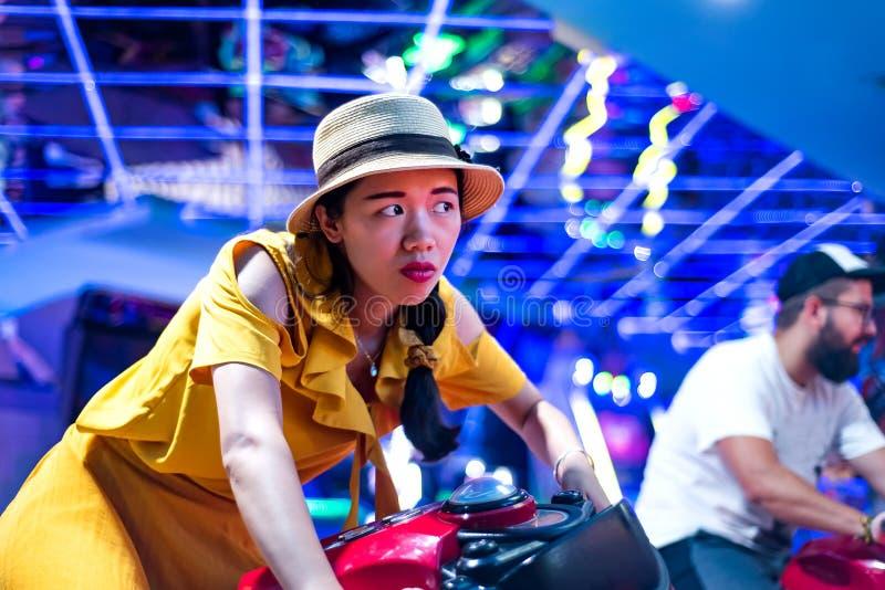 Couplez les motocyclettes de monte au centre d'arcade photos stock