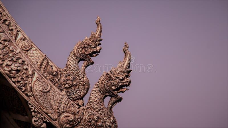 Couplez les naga faits de ciel withfoggy d'art thaïlandais traditionnel fabriqué à la main argenté en métal photo stock