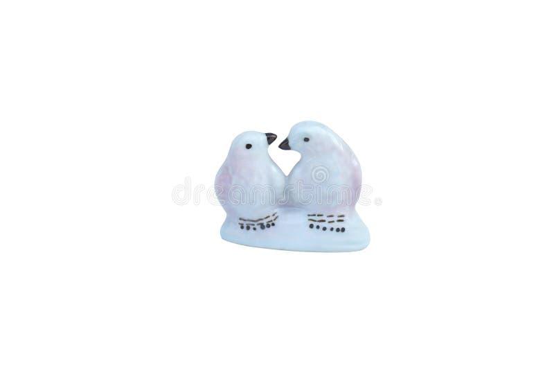 Couplez les oiseaux en céramique d'isolement sur le fond blanc photos libres de droits